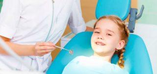 Когда стоит удалять молочные зубы у ребёнка?