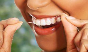 Read more about the article Нужна ли зубная нить, если регулярно чистить зубы щеткой?
