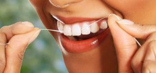 Нужна ли зубная нить, если регулярно чистить зубы щеткой?